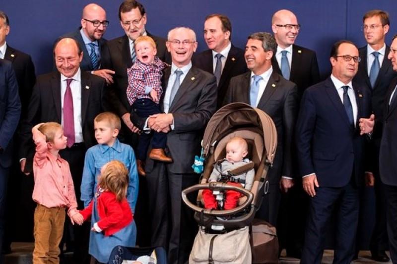 歐洲理事會主席范榮佩(中)抱著孫子與歐盟多國領袖合照(美聯社)