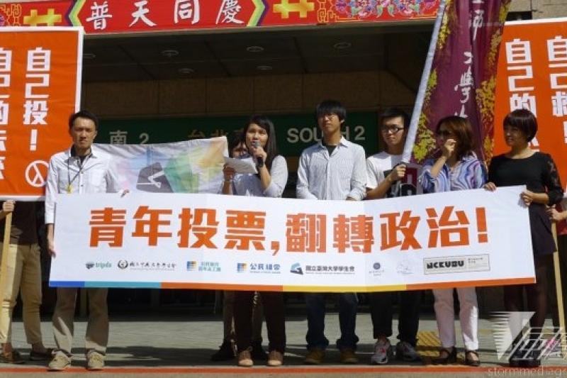 政治團體「公民組合」發起活動,透過募資平台及共乘平台,鼓勵全台20歲至34歲的青年在11月29日,搭乘免費或較低成本的交通工具返鄉投票。(林瑋豐攝)