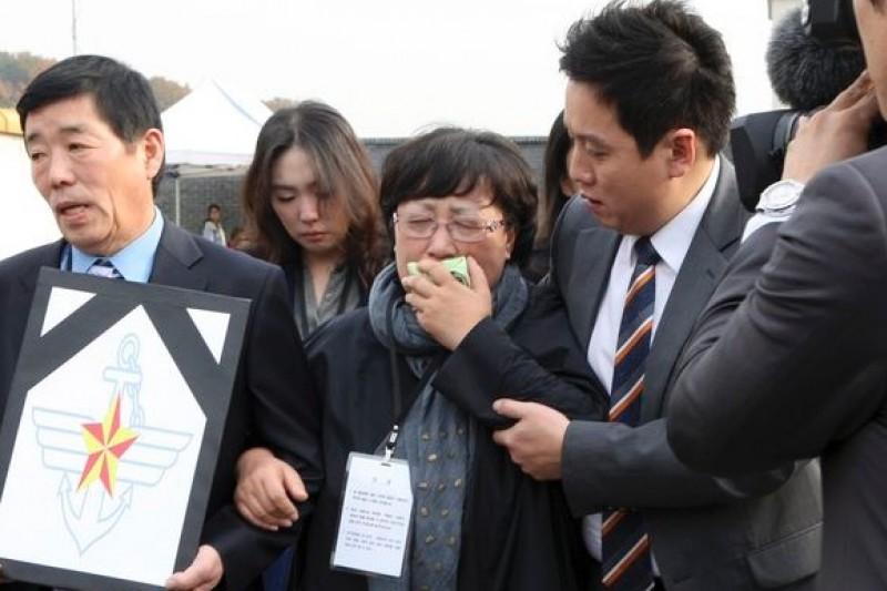 南韓陸軍遭同袍虐殺士兵的家屬,30日出庭時仍然悲不可遏。(美聯社)