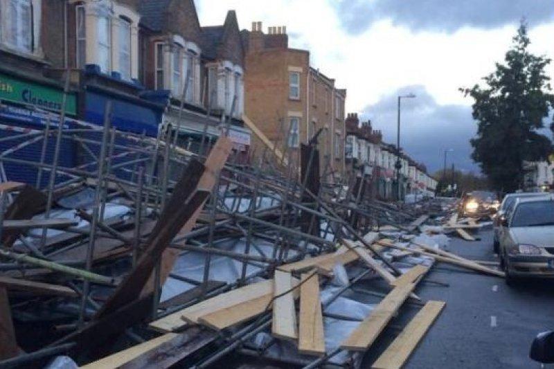 聖猶達風暴28日穿越英格蘭南部後,持續朝西北方向挺進,各地災情頻傳(取自網路)