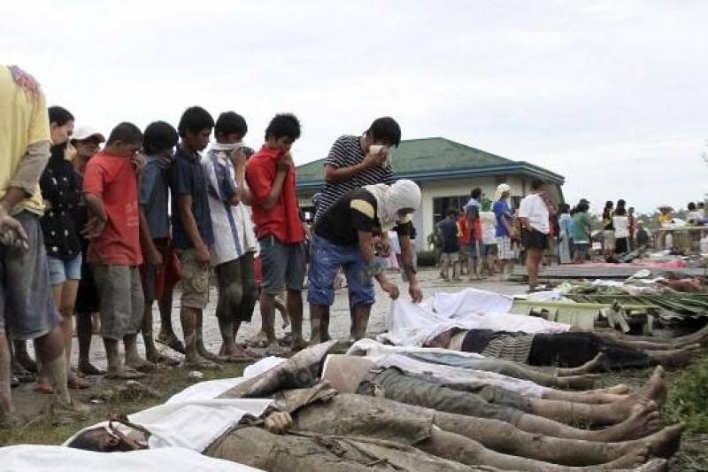 強烈颱風「海燕」肆虐菲律賓中部,隨處可見暴屍橫陳(取自網路)