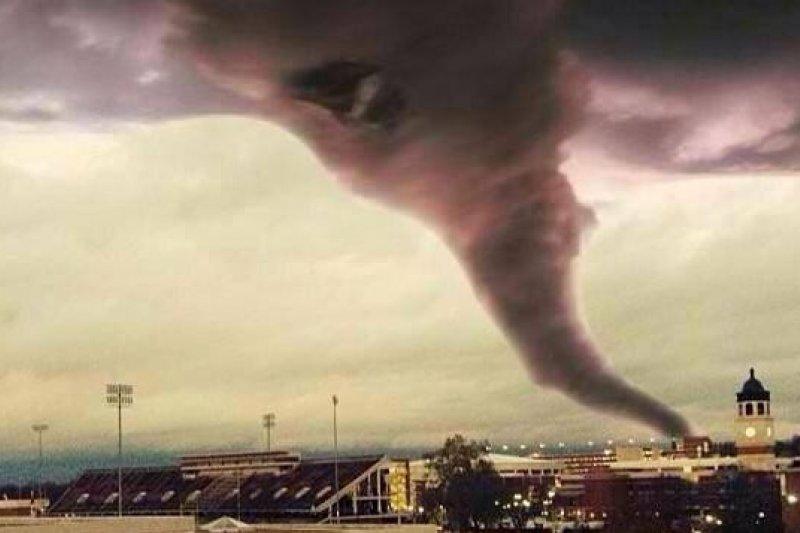 美國中西部地區17日遭強烈風暴襲擊,造成伊利諾等八州多處嚴重災情(取自網路)