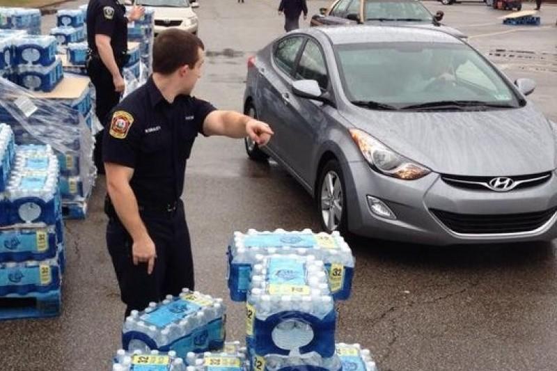 美國西維吉尼亞州水源9日遭化學物質滲入,州政府官員至今仍發送罐裝水應急。(美聯社)