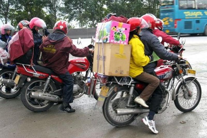 許多中國民工選擇騎摩托車長途跋涉回鄉。(取自網路)