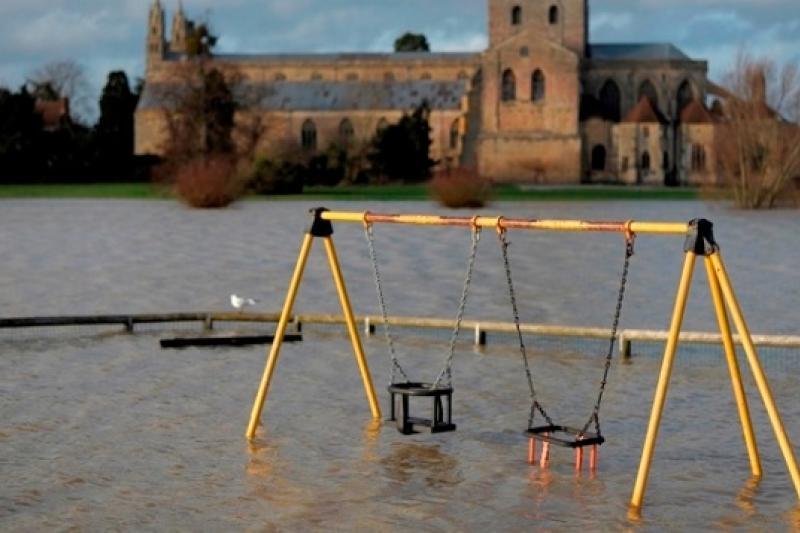 英國議員席維斯特投書當地報紙,表示近日水災是英國通過同性婚姻法所遭致的「神聖懲罰」(美聯社)