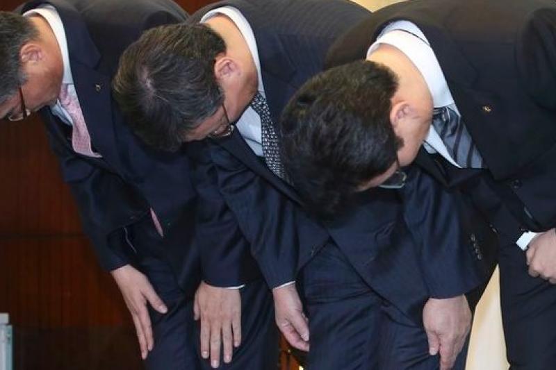 南韓農協卡、樂天卡與KB國民卡(由左至右)的高階主管20日出面為信用卡個資遭竊道歉。(美聯社)