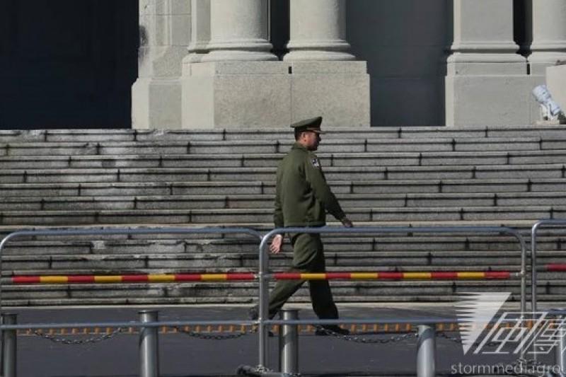 男子張德正25日清晨駕砂石車衝撞總統府,震驚社會,總統府前拉起警戒線。(余志偉攝)