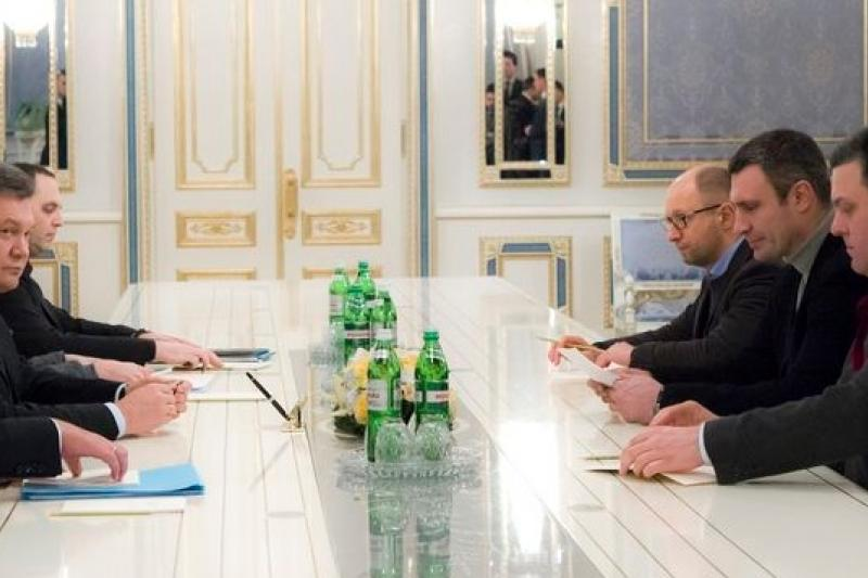 烏克蘭總統亞努柯維奇(左中)25日與反對黨領袖葉森尤克(右三)與克里琴科(右中)進行會商。(美聯社)