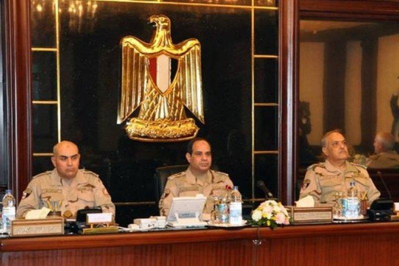 埃及臨時政府國防部長塞西(中)27日晉升為陸軍元帥,參選總統機率大增。(美聯社)