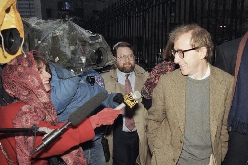 1993年伍迪艾倫與米亞法羅爭監護權,出庭時一派輕鬆。(美聯社)
