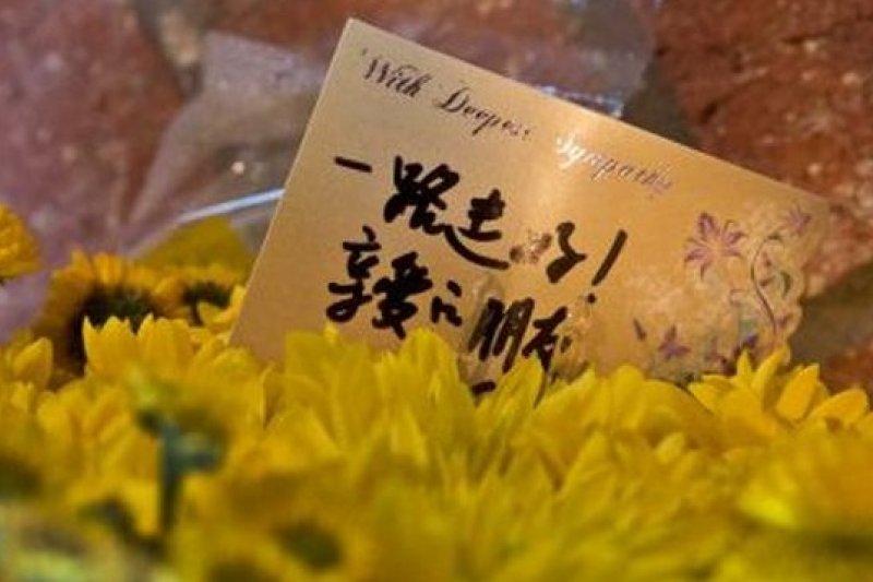 鄰居在孫家門口放上花束,願死者安息。(取自網路)