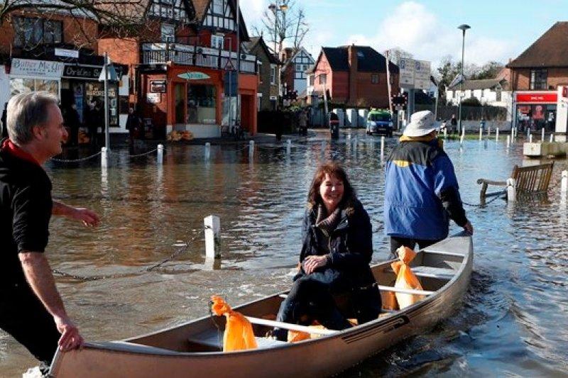 英國環境署已向泰晤士河畔區域接連發出14個嚴重洪水警報(美聯社)