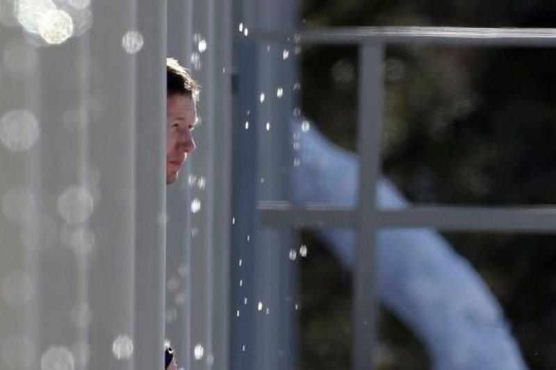 一名運動員在帳棚內看著外頭的白雪化成一地(美聯社)