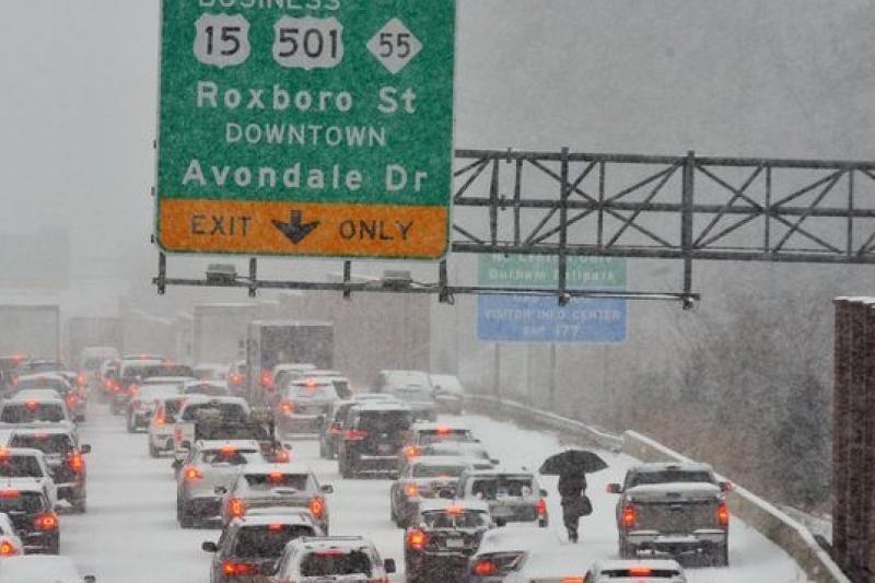 美國85號州際公路上,一名男子受不了交通回堵,索性冒雪步行回家(美聯社)