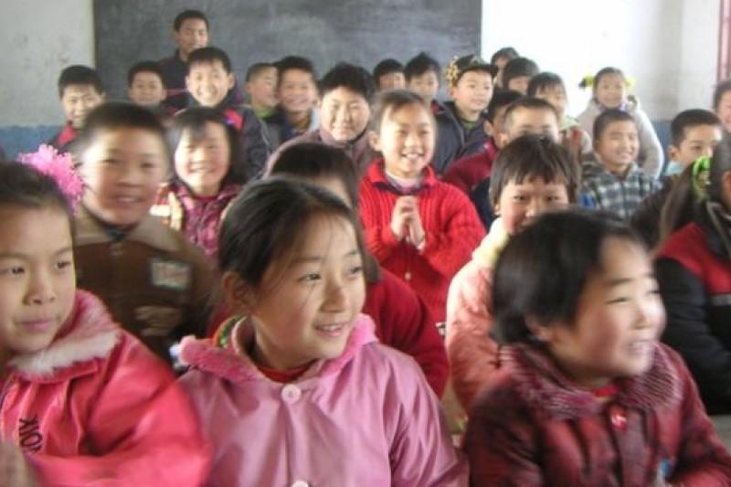 負責PISA的教育專家前往中國偏鄉小學,看到他們在稀缺資源下的努力奮發。(取自網路)
