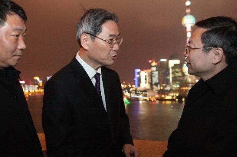 中國國台辦主任王志軍(中)與台灣陸委會主任王郁琦(右)在東方明珠的背景下,相談甚歡。(陸委會提供)