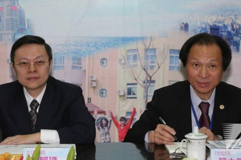 14 日上午王郁琦參觀上海台商子女學校,有台商打算再次赴現場向王郁琦陳情。(余志偉攝)