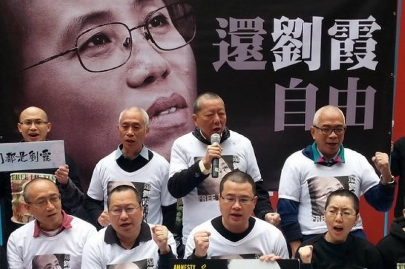 香港民權團體聲援遭中國軟禁的劉霞,全部剃光頭過情人節。(取自劉霞關注組臉書)