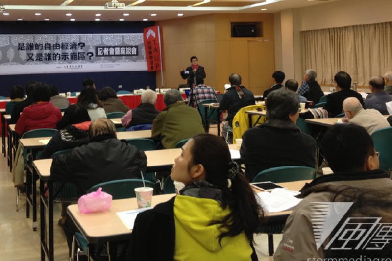 台灣農村陣線發言人蔡培慧15日上午,在自經區座談會中表示小農將遭受衝擊。(王立柔攝)