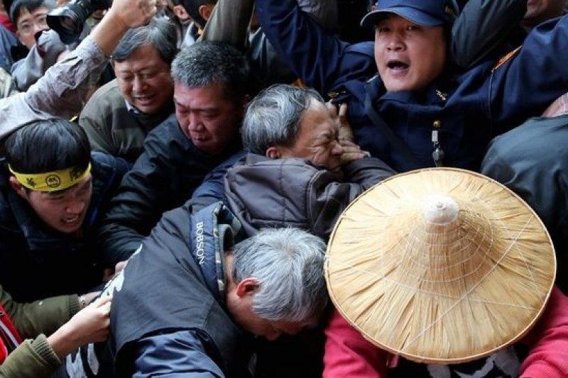 勞動部成立,勞團場外與員警爆發推擠。(吳逸驊攝)