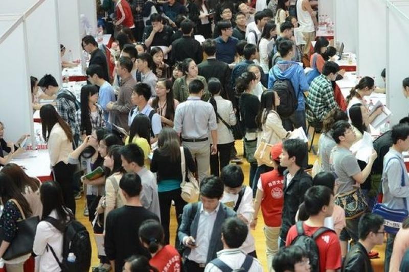 中國的碩士畢業生20年增加11倍,圖為上海一場人才招募會。(取自網路)