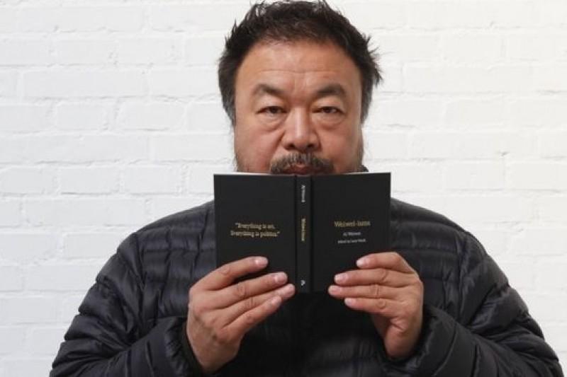 艾未未和他的語錄集《黑寶書》。(取自網路)