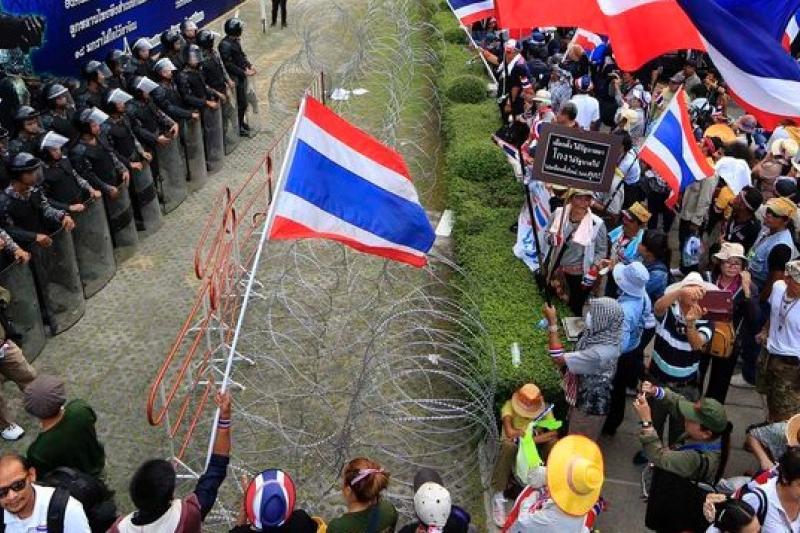 示威群眾包圍穎拉的臨時指揮所,要求穎拉為死者下台負責(美聯社)