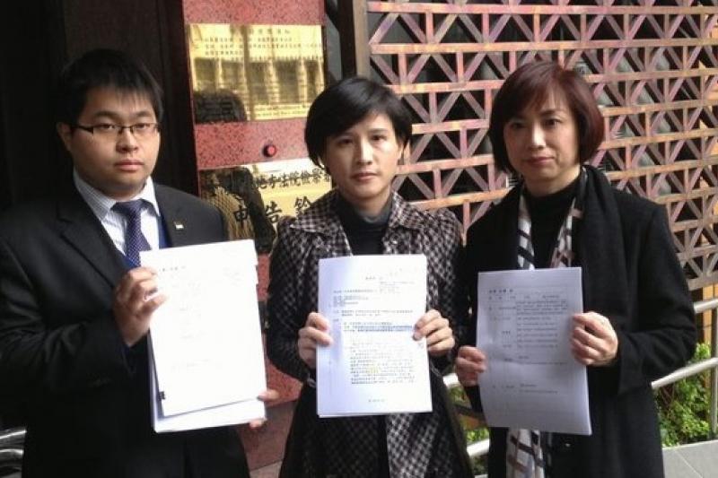 律師黃帝穎(左起)、立委鄭麗君及何欣純到台北地檢署按鈴申告教育部長蔣偉寧涉嫌變造公文。(王立柔攝)