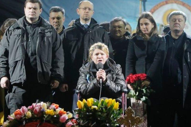 身有背傷的季莫申科,坐著輪椅發表演說(美聯社)