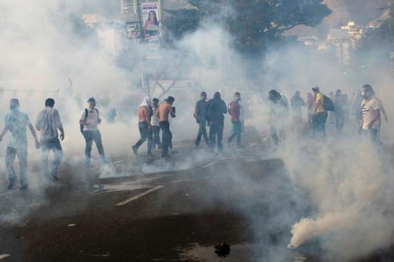 委國反對派示威人勢與警方爆發衝突,22日傳出8死百餘傷的傷亡。(美聯社)