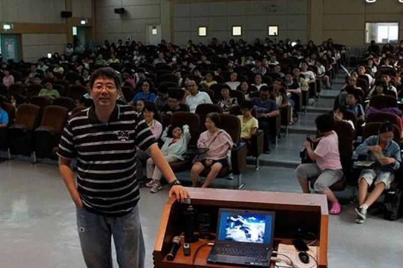 《看見台灣》導演齊柏林在台大演講時感嘆環保與經濟若找不到平衡點,受害的還是台灣環境。(取自齊柏林臉書)