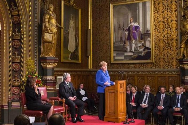 德國總理梅克爾27日在英國議院發表演說(美聯社)