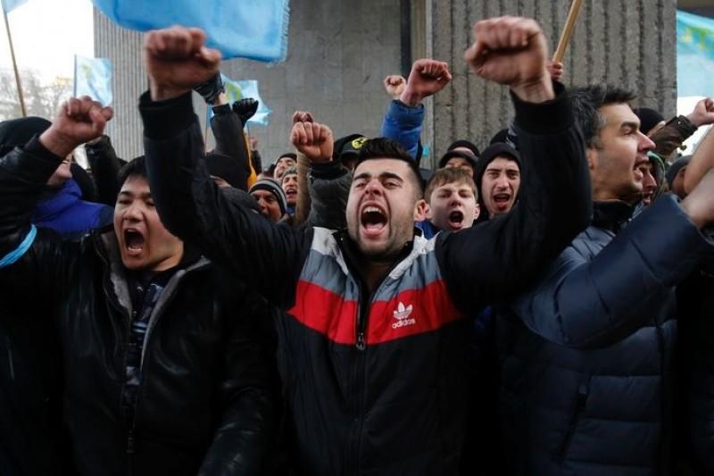 克里米亞韃靼人2月26日在首府辛佛洛普示威,聲援基輔中央政府,反對當地俄裔的分離主義 。(美聯社)