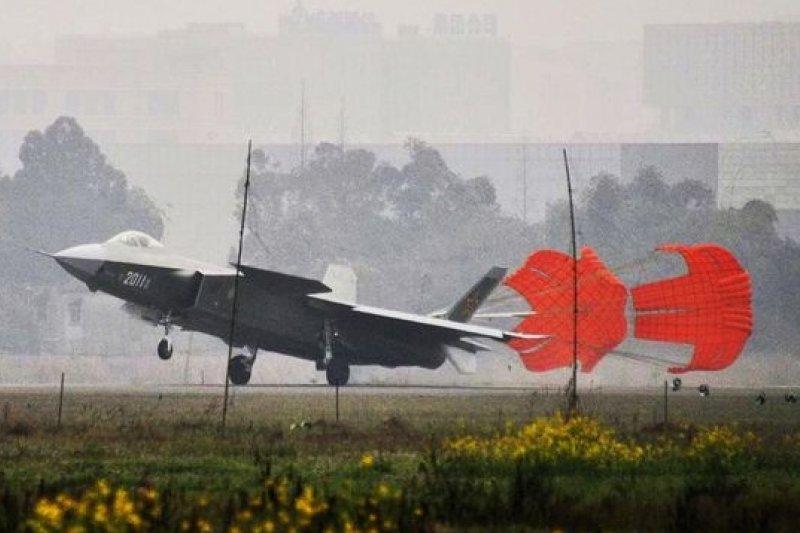 編號「2011」新版殲-20近日進行高速滑跑測試。(取自網路)