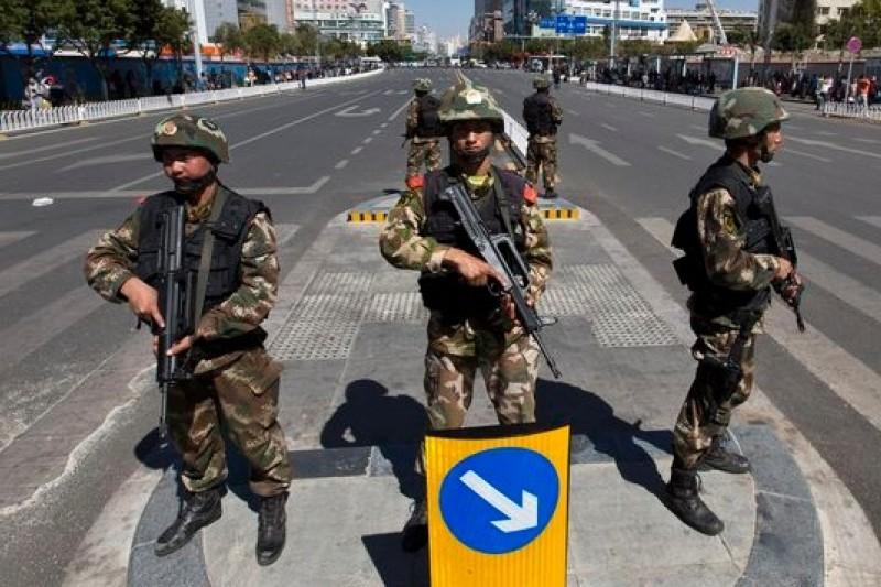 恐怖攻擊後昆明火車站加派大批警力看守。(美聯社)