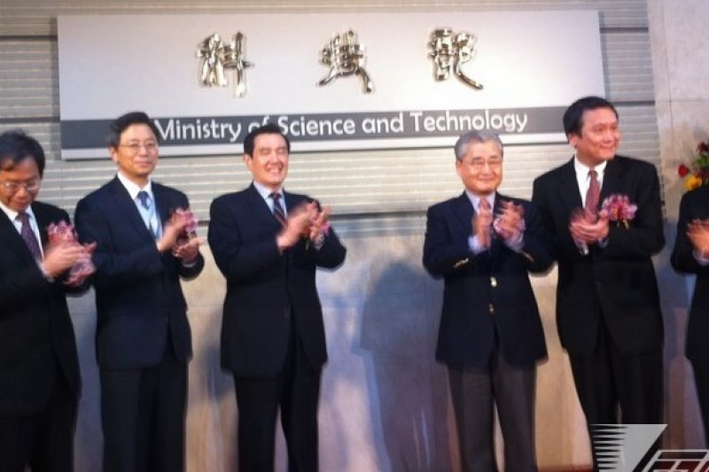 科技部3月3日掛牌成立,但民眾仍對朱敬一(右二)未接科技部,而由張善政(右五)出任一事議論紛紛。(何孟奎攝)
