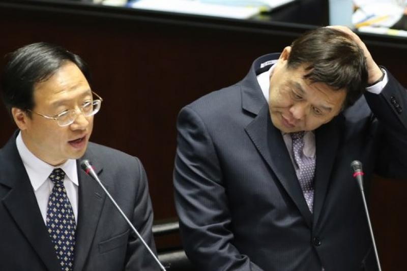勞動部長潘世偉(右)4日列席立法院院會。(吳逸驊攝)