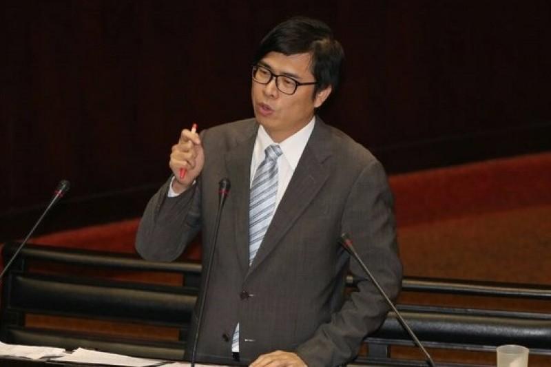 民進黨立委陳其邁發出的開會通知,要求在下週三、四出席內政委員會,進行服貿協議實質審查。(余志偉攝)