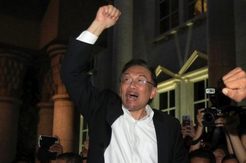 安華7日離開法院後接受支持群眾的歡呼。(美聯社)