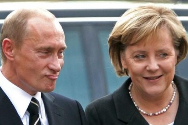 德國總理梅克爾(右)與俄國總統普京(左)兩人交手已逾10年。(取自網路)