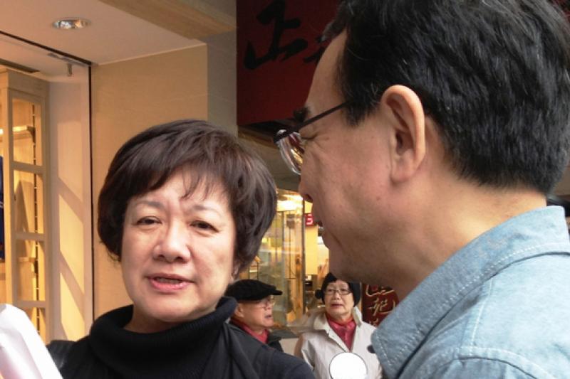 蔣渭水基金會副執行長的蔣理容(左),8日在一場婦女節的活動上對柯文哲喊加油,但也提醒柯文哲在言行上要謹慎。(王立柔攝)