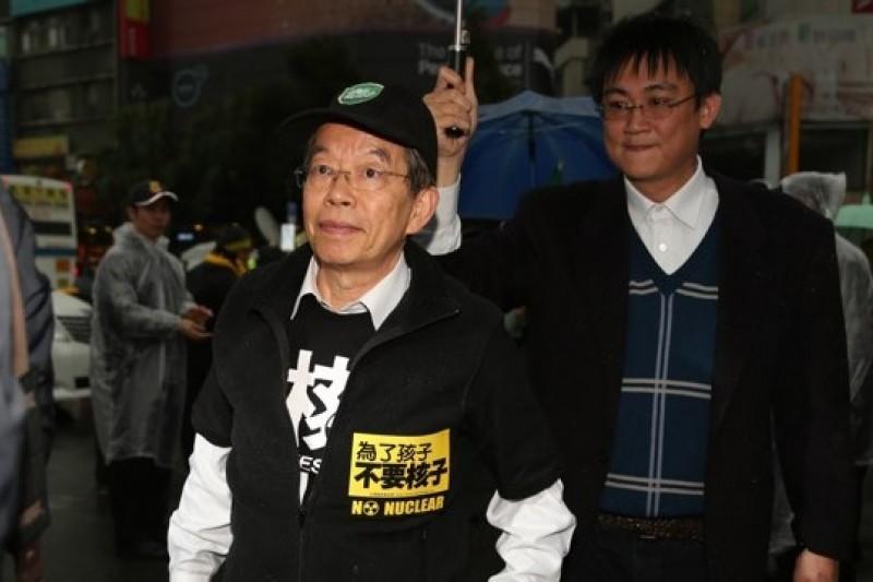 民進黨前主席謝長廷帶著兒子謝維州一同現身北市反核大遊行台大線,強調核四若運轉就不可逆,人民江生活在恐懼下。(余志偉攝)