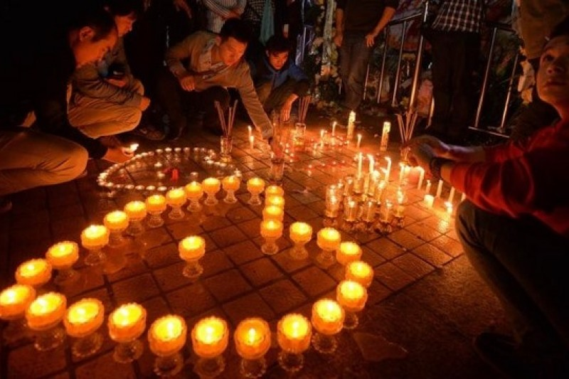 民眾在昆明火車站外悼念死傷者。(法新社/亞洲週刊提供)