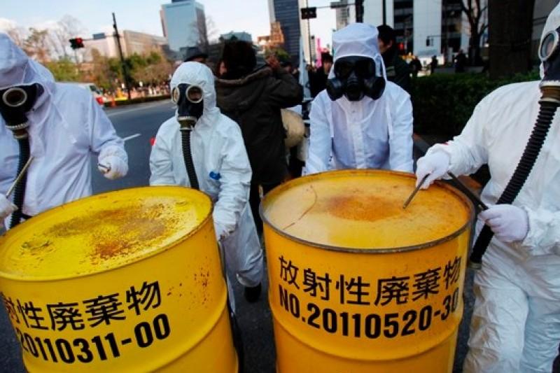 福島核災3周年前夕,參加3月9日反核遊行的抗議者(美聯社)