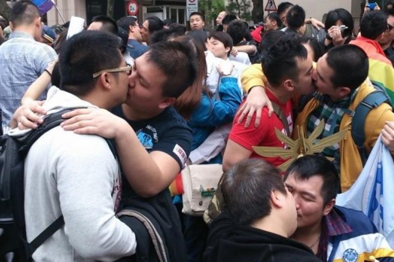 同志、跨性別伴侶16日以「全民街吻」行動,爭取婚姻平權(王立柔攝)