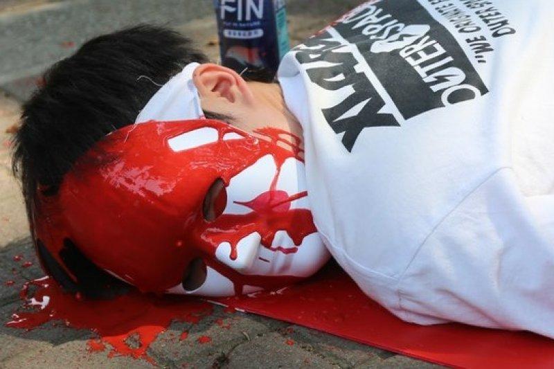 台大、政大學生聯合台灣高等教育產業工會,18日在教育部外面抗議大專院校壓榨學生助理。(吳逸驊攝)