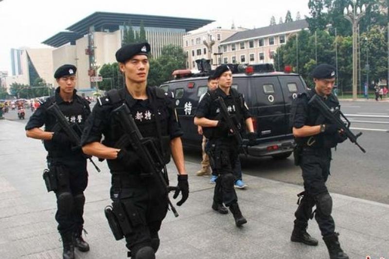 北京各地加強特警巡邏。(中新網)