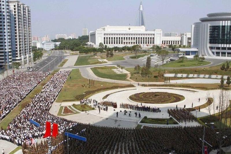 2012年6月20日,平壤市民聚集在倉田街參加新建築的啟用儀式。(取自網路)