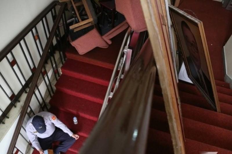 立法院遭到反對服貿協議的民眾闖入佔領,不少軟硬體設備遭破壞。圖為學生為阻擋警察攻堅,將桌椅和蔣經國掛畫拆下放在樓梯間阻隔。(余志偉攝)