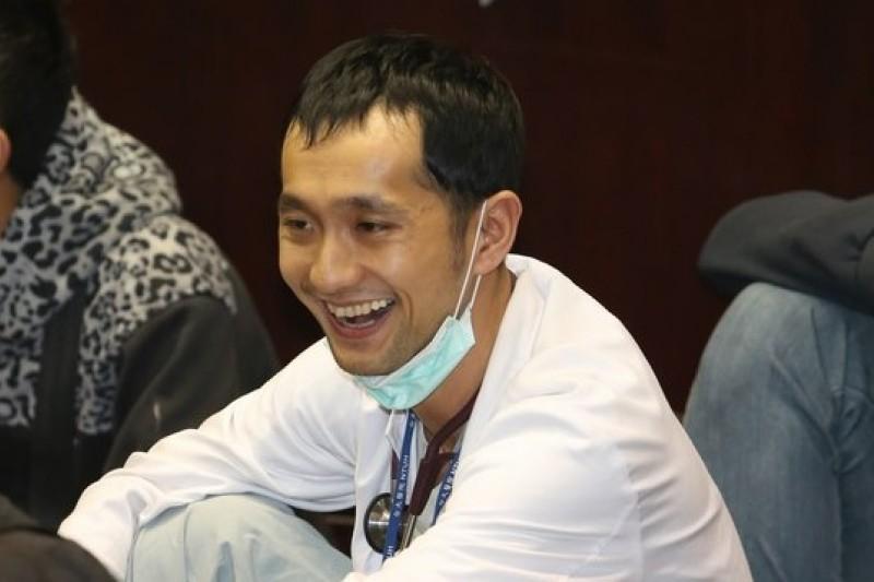 「公民1985行動聯盟」發起人、發言人之一的柳林瑋,這次以救護醫師的角色投入反服貿抗議行動。(吳逸驊攝)